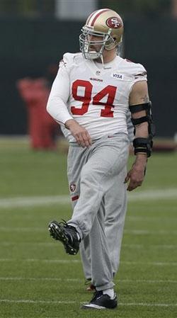 Le bras de Justin Smith porte une imposante protection. Sa santé est essentielle à la réussite de son équipe.