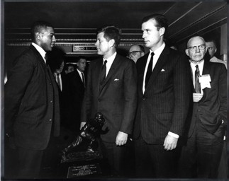Après la remise du Heisman Trophy, Davis reçu les honneurs du président Kennedy