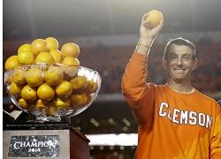 Swinney lance des oranges au public pour célébrer la victoire de Clemson