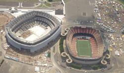 Les deux stades l'un à côté de l'autre, le Metlife en construction, le Giant Stadium en fin de vie...