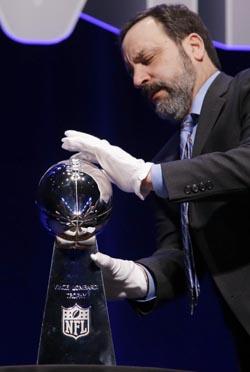 Le trophée Vince Lombardi qui sera remis au vainqueur.