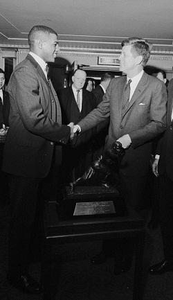Davis félicité par JFK pour son Heisman Trophy