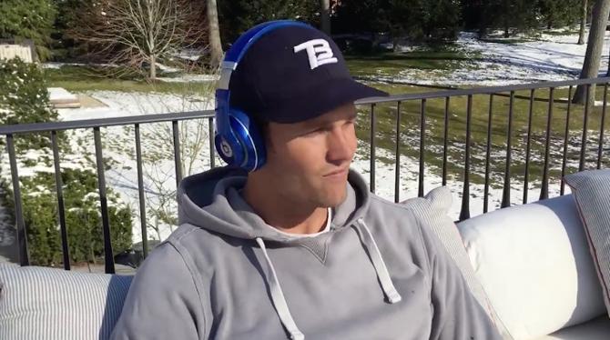 buzz tom brady d voile la musique qu 39 il utilise pour se motiver et c 39 est d lirant touchdown. Black Bedroom Furniture Sets. Home Design Ideas
